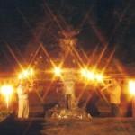 Trompetenduett mit rustikalem Lichterglanz im Rosengarten