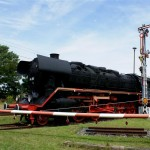 historische Lok am Bahnübergang in Wülknitz