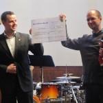 Landtagsabgeordneter Sebastian Fischer(links) übergibt den Spendenscheck an Jugendpfarrer Walter Le