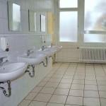 Toilette mit neuen Fenstern