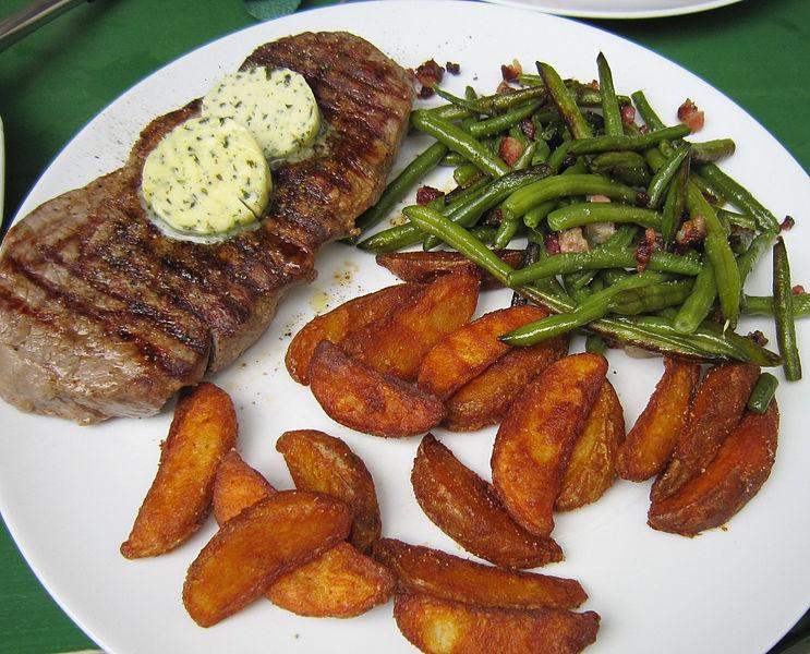 Rumpsteak mit Kräuterbutter, Speckbohnen und Kartoffelspalten